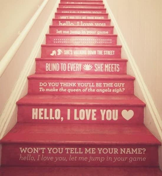 Надписи на ступеньках лестницы