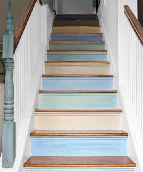 Ступеньки лестницы декорированные полосками