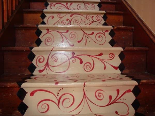 Художественная роспись на ступеньках лестницы