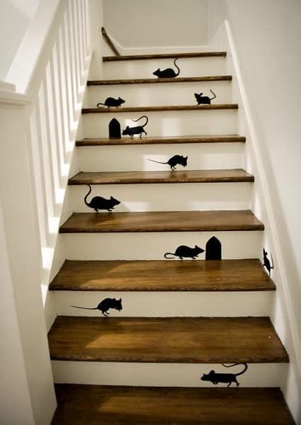 Декор ступенек лестницы при помощи виниловых наслеек