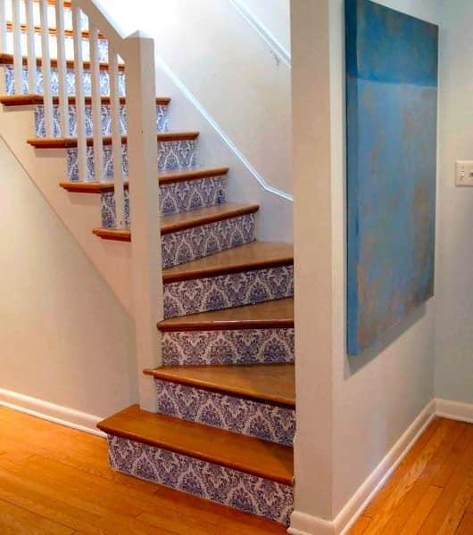 Декор ступенек лестницы обоями
