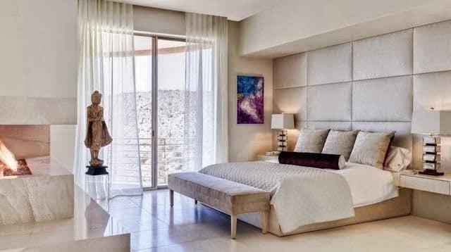 Изголовье кровати декорированное текстилем