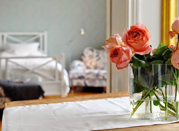Свежесрезанные цветы в интерьере спальни