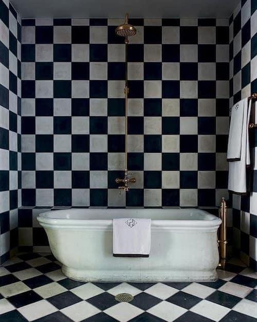 Черный цвет в интерьере маленькой ванной комнаты