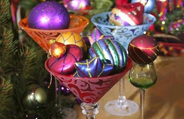 Елочные украшения в декоре новогоднего стола