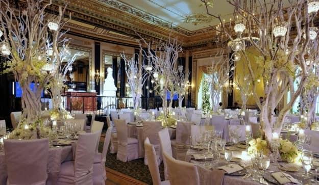 Атмосфера тепла и уюта банкетного зала для проведения свадьбы зимой