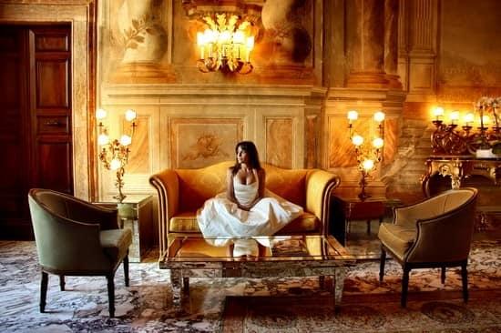 Золотой цвет в интерьере гостиной