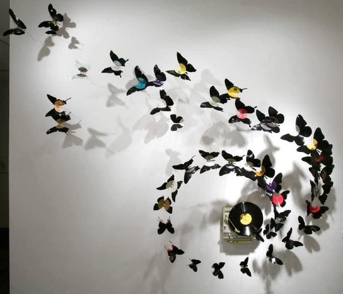 Бабочки из виниловых пластинок на стене