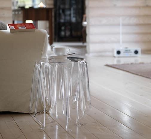 Прозрачный стол из пластика в интерьере