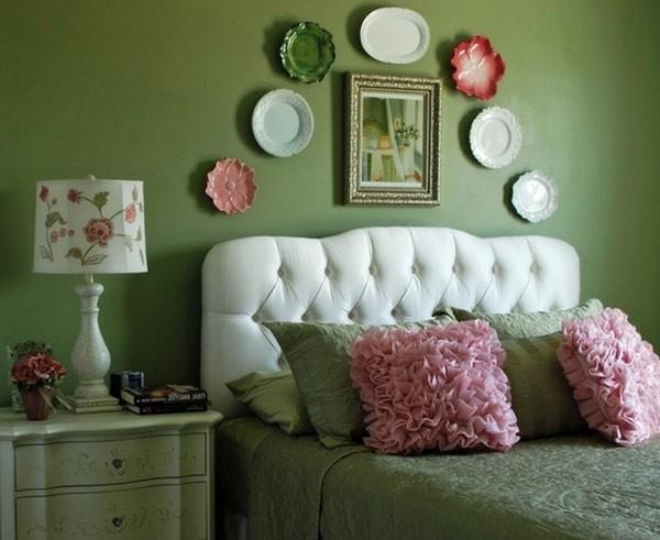 Декоративные тарелки у изголовья кровати в спальне