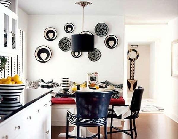 Компазиция из декоративных тарелок на стене