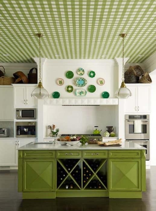 Правильное расположение декоративных тарелок на стене