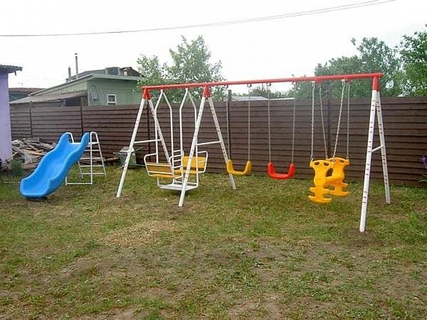 Качели на детской площадке