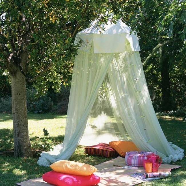 Домик из ткани на детской площадке