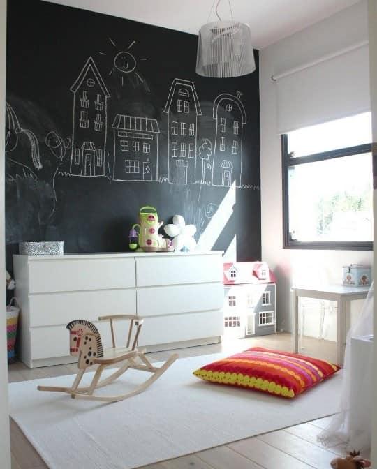Школьная доска на стене детской комнаты