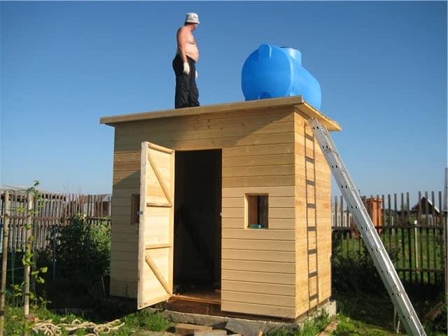 Деревянный летний душ на даче