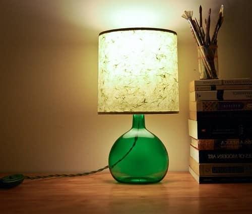 Лампа из стеклянных бутылок