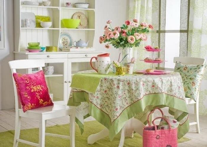 Цветочные мотивы в летнем интерьере квартиры