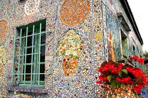 Мозаика на стене фасада дачного домика