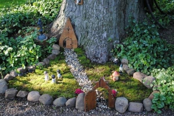 Дорожка из мелких камней к домику сказочного эльфа