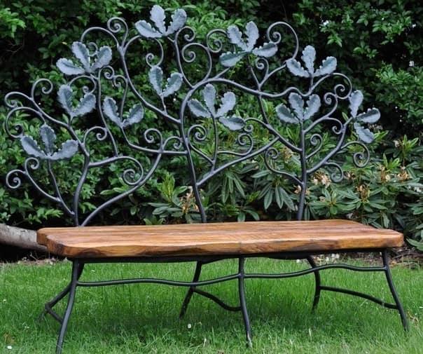 Садовая скамейка с декоративными коваными элементами