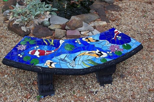 Садовая скамейка с мозаикой