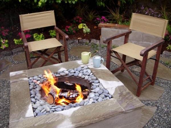 Простые стулья, чтобы сидеть возле костра на участке