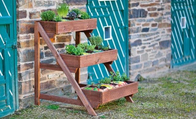 Этажерка, как элемент садово-дачного дизайна