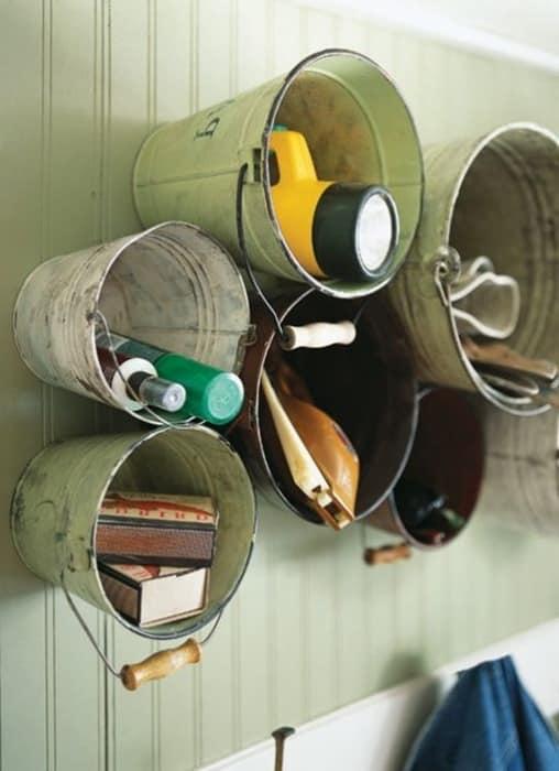 Металлические ведра для хранения вещей в мастерской