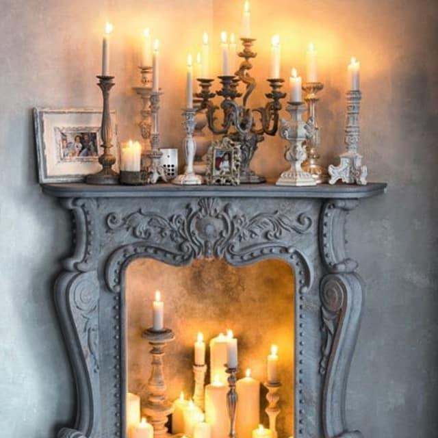 Композиция из свечей в фальшкамине