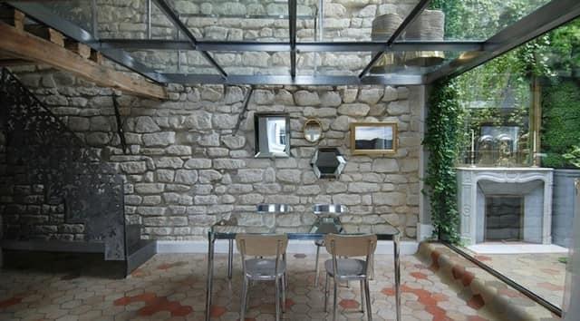 Старинная стена из изестняка в интерьере современного французского дома