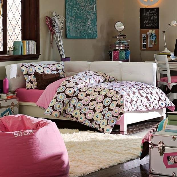 Спальная зона комнаты девушки-подростка