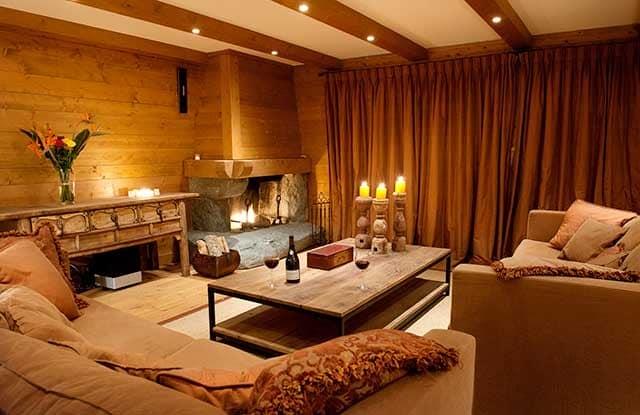 Освещение в интерьере осенней гостиной