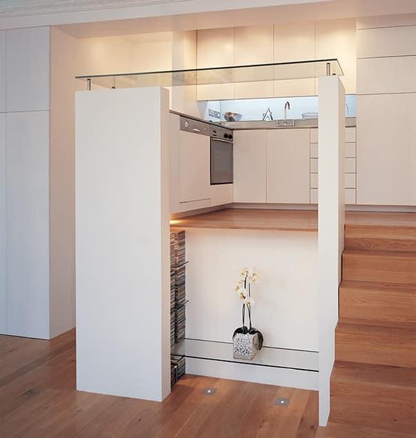 Приподнятая кухня небольшой лондонской квартиры