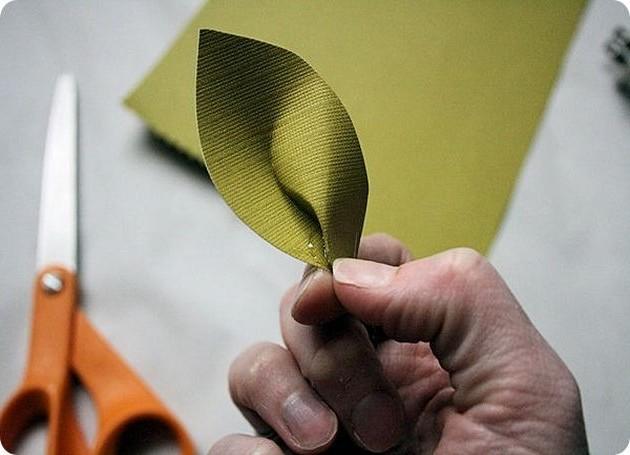 Листочек для осеннего цветка в технике квиллинг