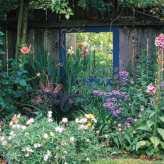 Зеркало в декоре цветочной клумбы