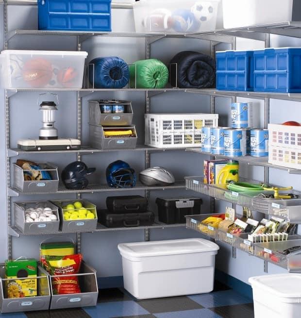 Хранение вещей в пластиковых контейнерах