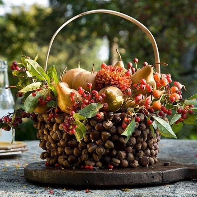 Осенняя композиция из желудей и другмх природных материалов