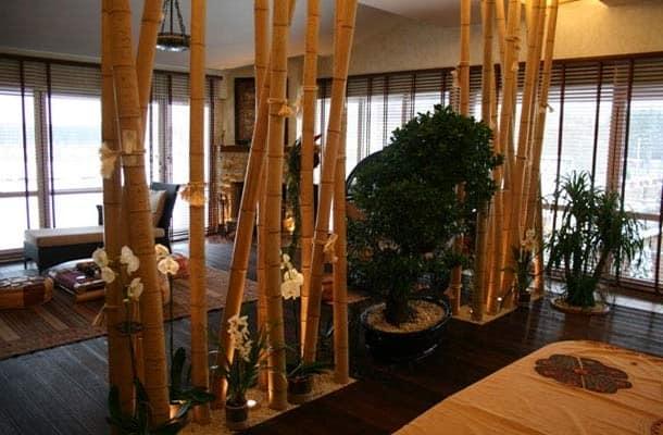 Стволы бамбука в интерьере