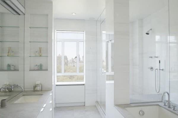 Стеклянные полки для хранения вещей в ванной комнате