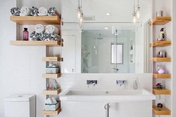 Узкие полочки для хранения вещей в ванной