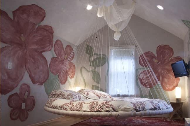 Круглая подвесная кровать в интерьере