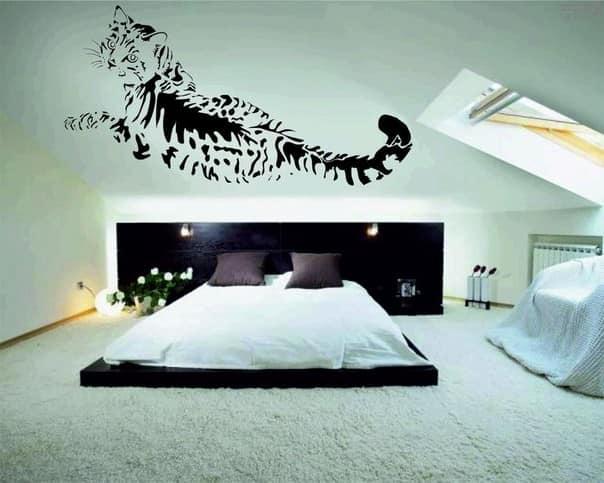 Виниловая наклейка на стене в спальне