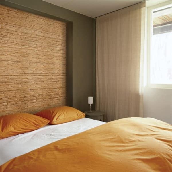 оформление стен спальни натуральными обоями