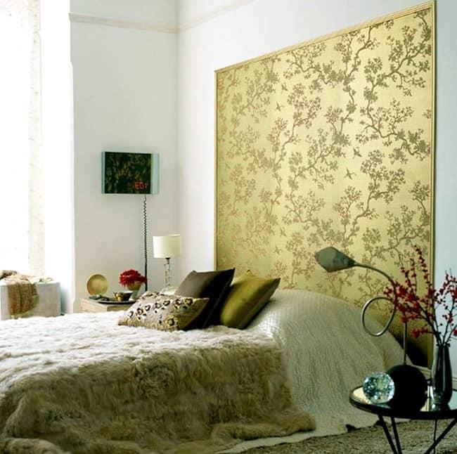 Флизелиновые обои на стене в спальне