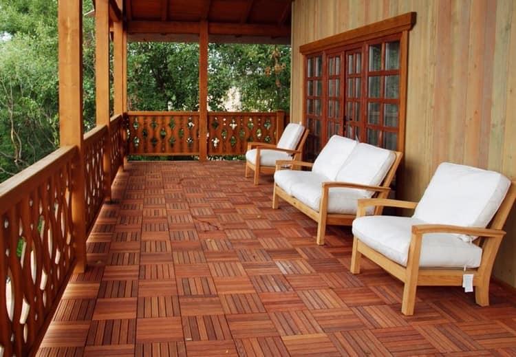 Деревянная плитка на дачной веранде