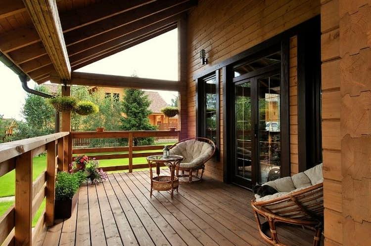 Мебель из ротанга и деревянный пол на веранде