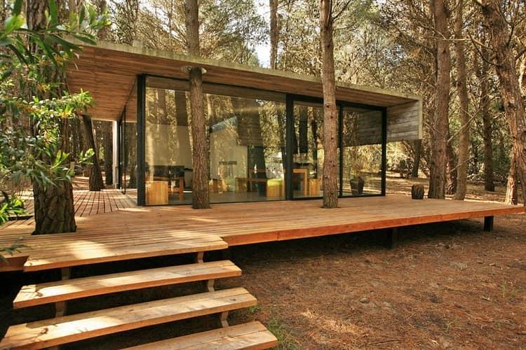 Деревянная веранда без дома со ступеньками