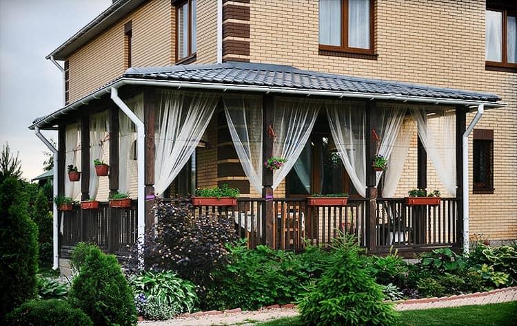 Деревянная веранда с занавесками в стиле прованс