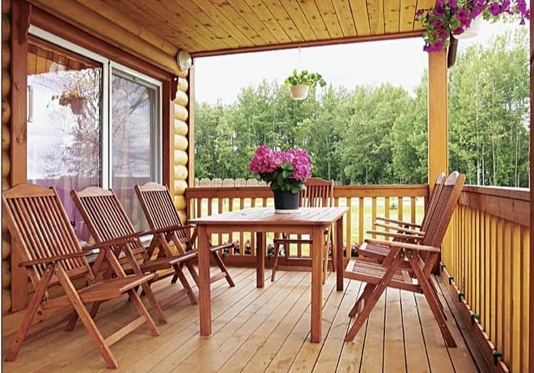 Деревянная мебель в оформлении открытой веранды